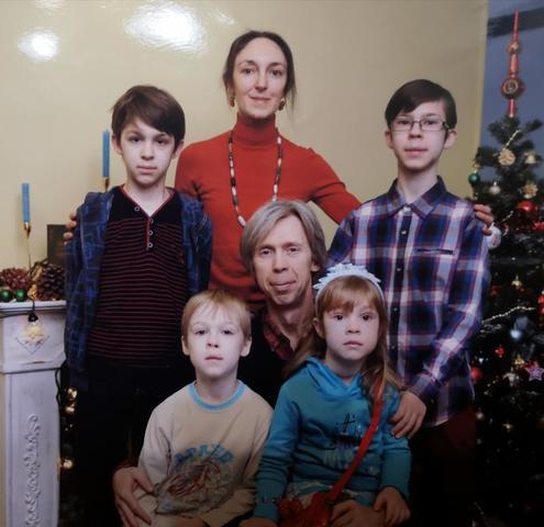 Дмитрий и Эльмира Петровы с детьми / Пресс-служба Департамента труда и соцзащиты населения Москвы