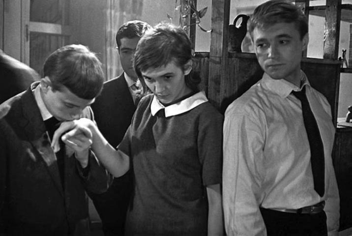Кадры советской кинохроники 30-х годов прошлого века показывают нам романтиков, которые на «стройках века» месили ногами раствор для плотин электростанций / Кадр из фильма «Мне 20 лет»