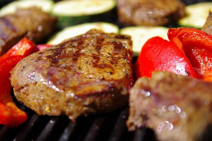 По совету диетолога пожилым людям лучше отказаться от красного мяса — свинины, говядины и баранины / https://pixabay.com