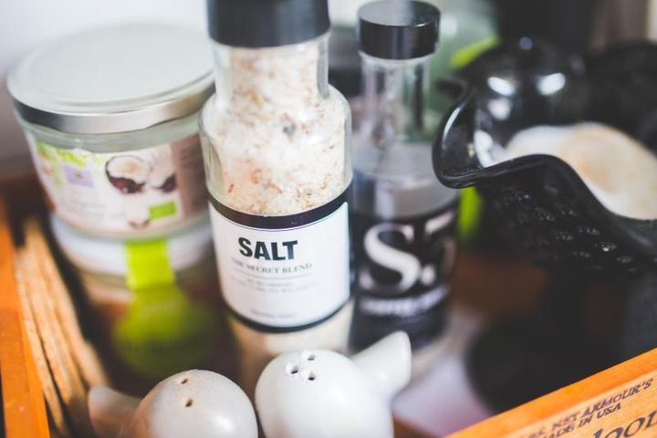 Важно помнить, что соль и так уже содержится во многих готовых продуктах, таких как йогурт или сыр / https://pixabay.com