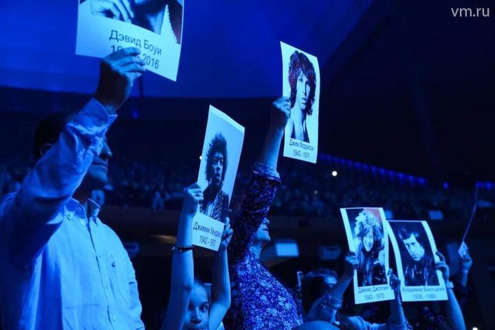 Поклонники подняли портреты музыкантов — героев песни / Ирина Хлебникова, «Вечерняя Москва»