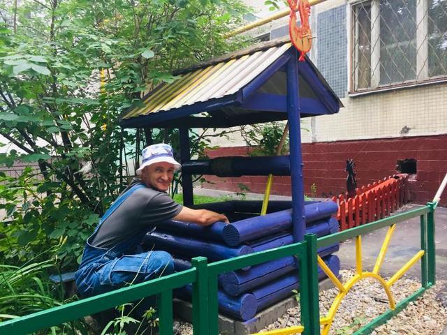 Весь строительный материал любитель резьбы по дереву привозит с дачи / Рафаэль Залян, «Вечерняя Москва»