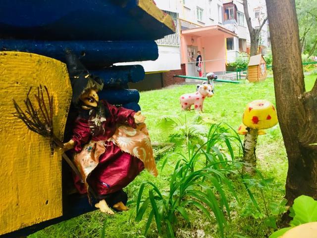 Здесь не только царственная Баба-яга, но и двугорбый жираф, корова, цыплята и другие герои народного фольклора / Рафаэль Залян, «Вечерняя Москва»