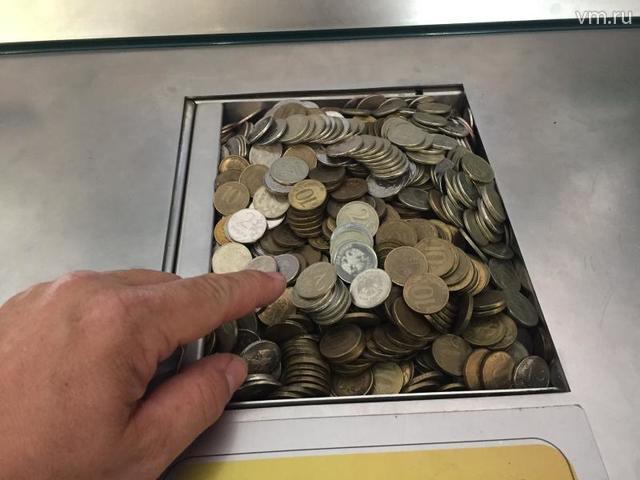 Монета «5 рублей» образца 1997 года весит 6,45 грамма, а в 2016 году те же «5 рублей» чеканились по 6 грамм / Сергей Шахиджанян, «Вечерняя Москва»