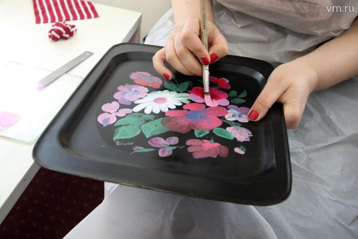 За курс (12 занятий) ученики должны пройти все этапы росписи / Екатерина Якель, «Вечерняя Москва»
