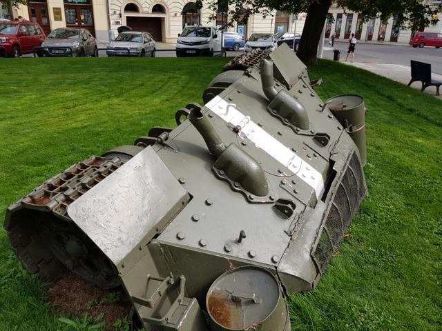 А танк... От него сейчас осталась только часть — покрашена в зеленый, лежит на травке в Смихове, известном историческом районе / Игорь Воеводин