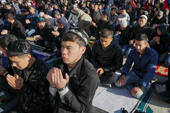 Молитва у Московской соборной мечети в честь празднования Курбан-байрама / Камиль Айсин, «Вечерняя Москва»