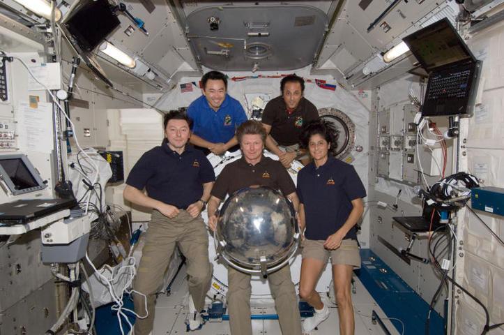 На борту МКС (слева направо): в 1-м ряду — Сергей Ревин, Геннадий Падалко, Сунита Уильямс, во 2-м — Акихико Хосидэ, Джозеф Акаба / Из личного архива Сергея Ревина