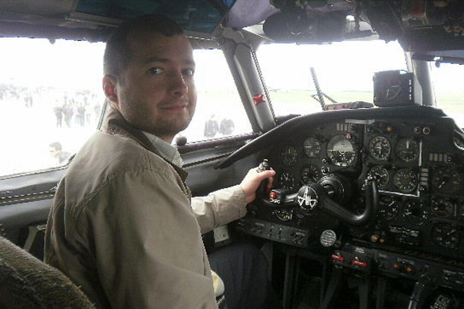 Летчик Дамир Юсупов с благодарностью принял подарок, но отметил, что на данный момент переезд в новые апартаменты не планируется